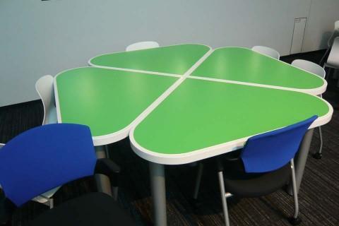 休憩用テーブル
